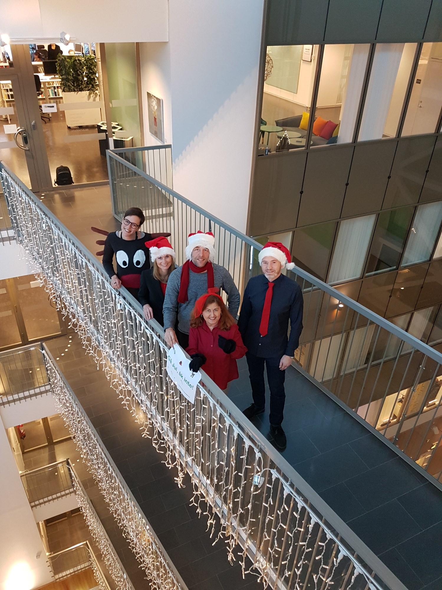 Energi- och klimatrådgivarna är julklädda och poserar för ett foto på kontoret