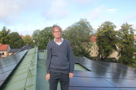 Person på tak med solceller
