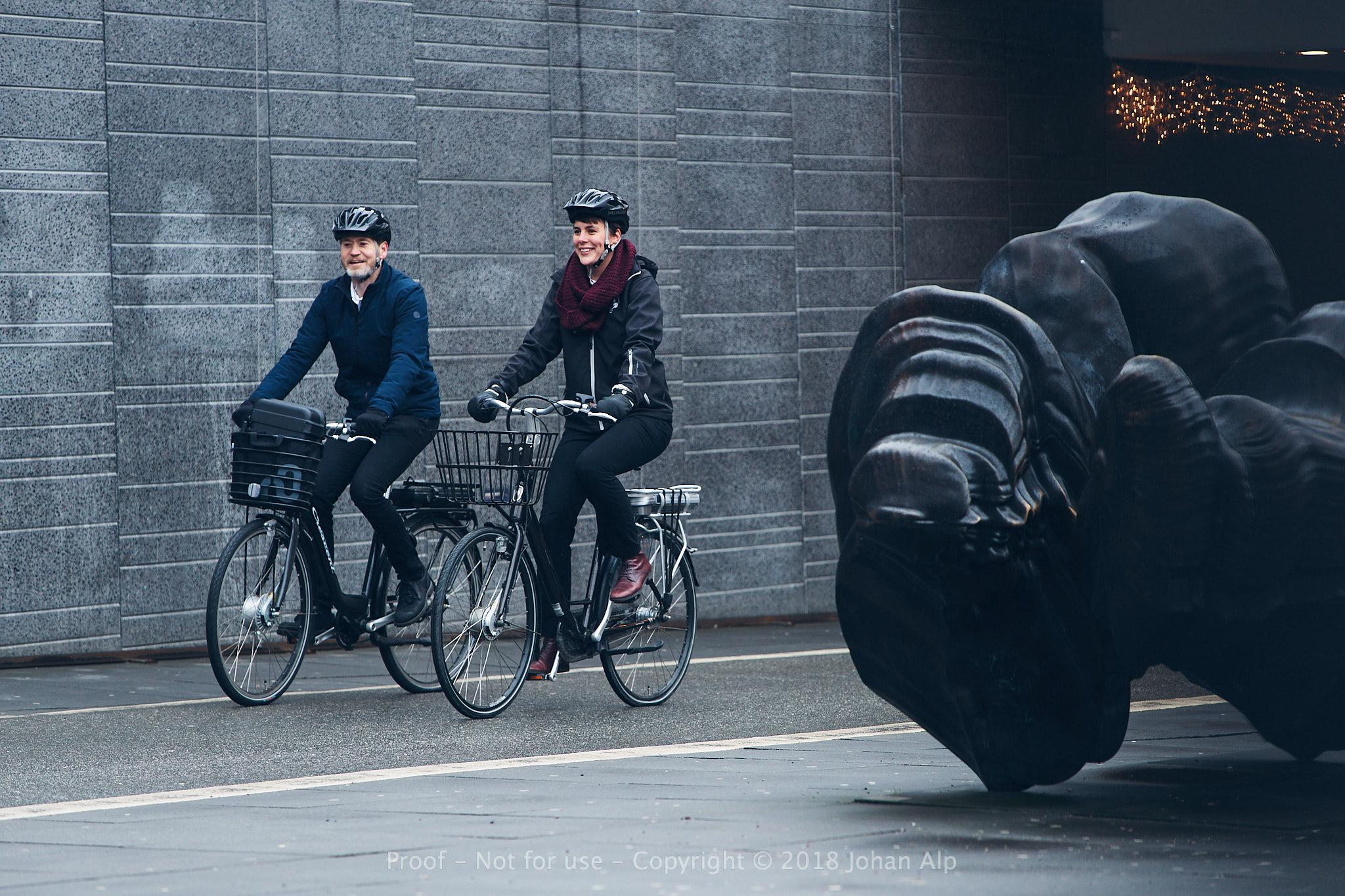 Energi- och klimatrådgivare som cyklar under stationstunneln