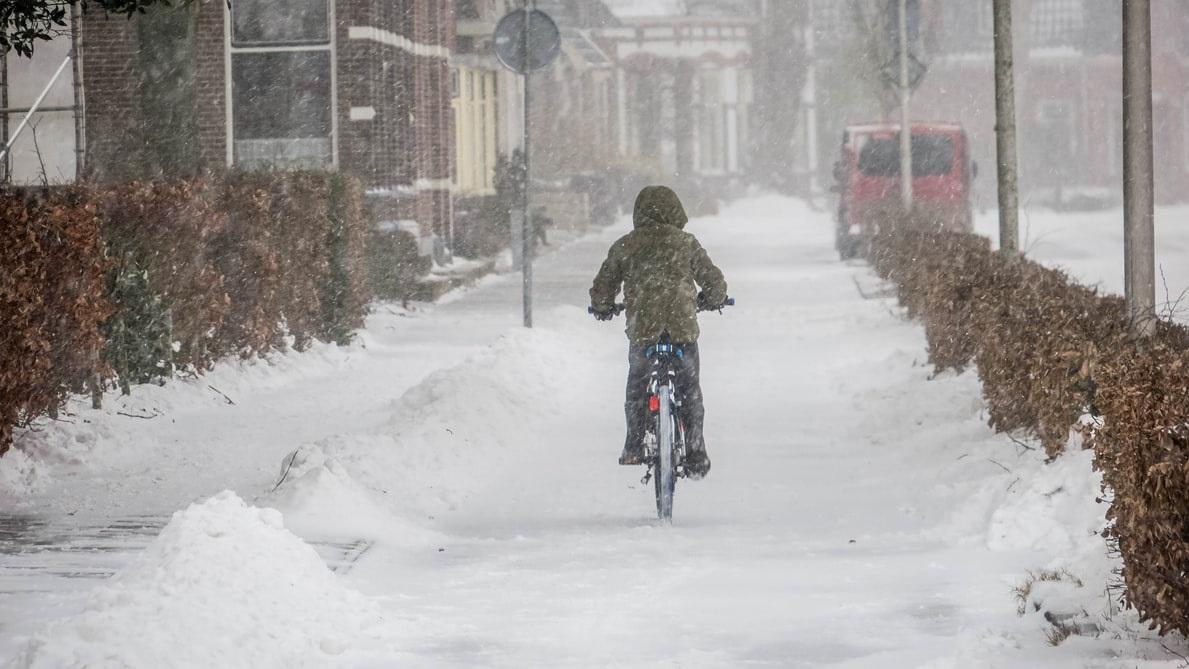 Person som cyklar i snöväder